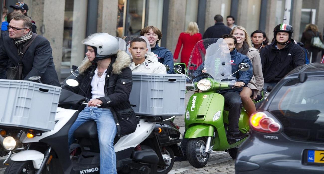 fietsers en scooters in druk verkeer